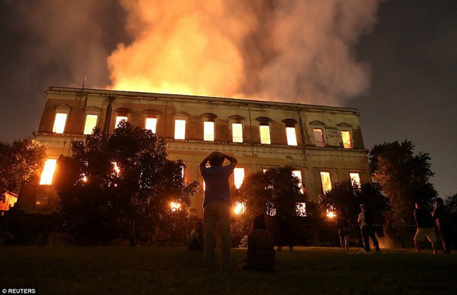 Cháy dữ dội bảo tàng trên 200 năm tuổi, chứa 20 triệu hiện vật - Ảnh 1.