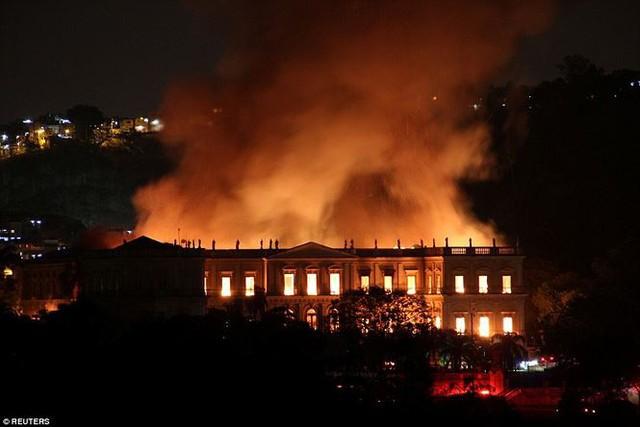 Bảo tàng Quốc gia Brazil chìm trong biển lửa giữa đêm   - Ảnh 1.