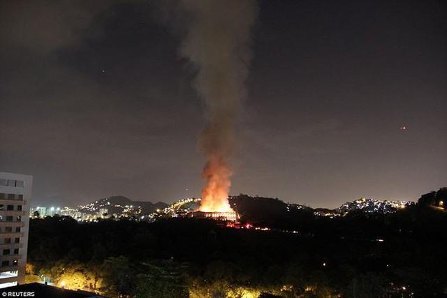 Bảo tàng Quốc gia Brazil chìm trong biển lửa giữa đêm   - Ảnh 2.
