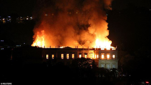 Bảo tàng Quốc gia Brazil chìm trong biển lửa giữa đêm   - Ảnh 3.