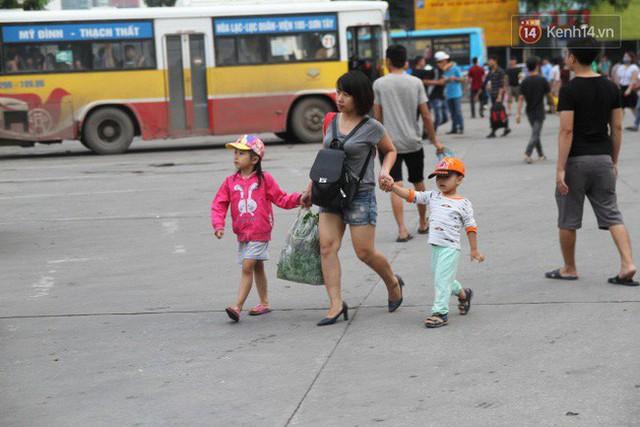 Kết thúc 3 ngày nghỉ lễ, người dân lỉnh kỉnh đồ đạc ùn ùn kéo về thành phố - Ảnh 21.