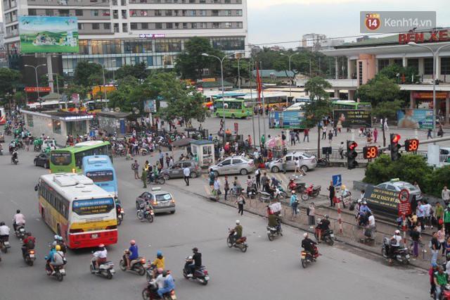 Kết thúc 3 ngày nghỉ lễ, người dân lỉnh kỉnh đồ đạc ùn ùn kéo về thành phố - Ảnh 25.