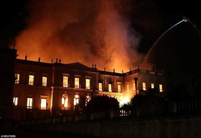 Bảo tàng Quốc gia Brazil chìm trong biển lửa giữa đêm   - Ảnh 4.