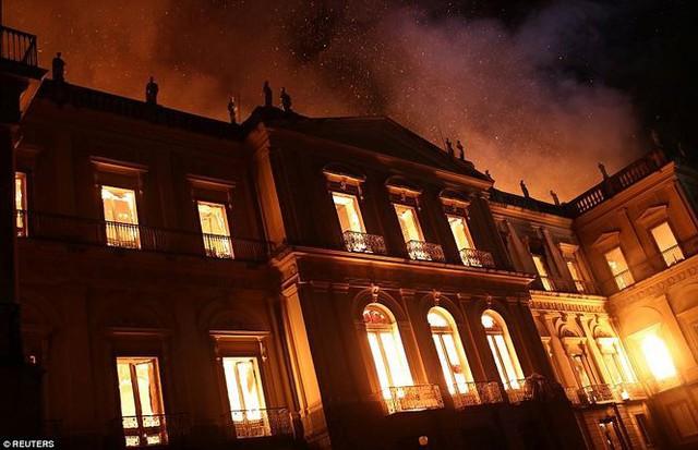 Bảo tàng Quốc gia Brazil chìm trong biển lửa giữa đêm   - Ảnh 5.