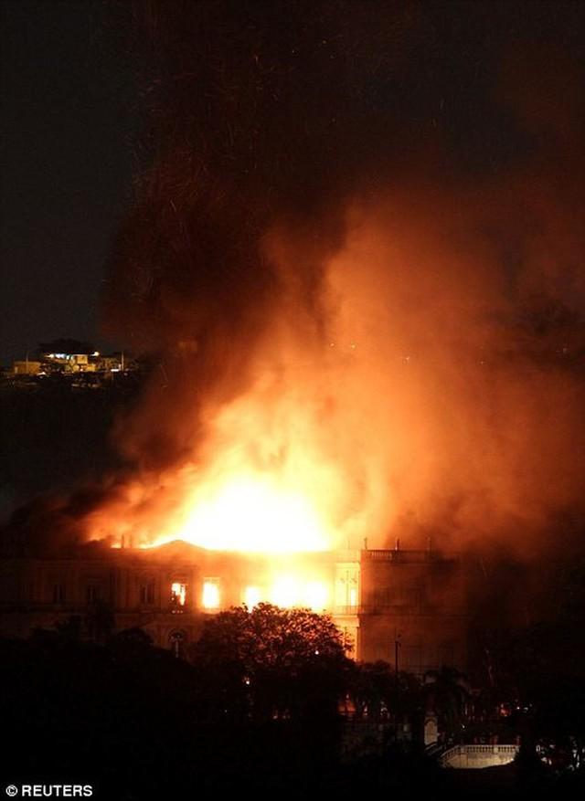 Bảo tàng Quốc gia Brazil chìm trong biển lửa giữa đêm   - Ảnh 6.