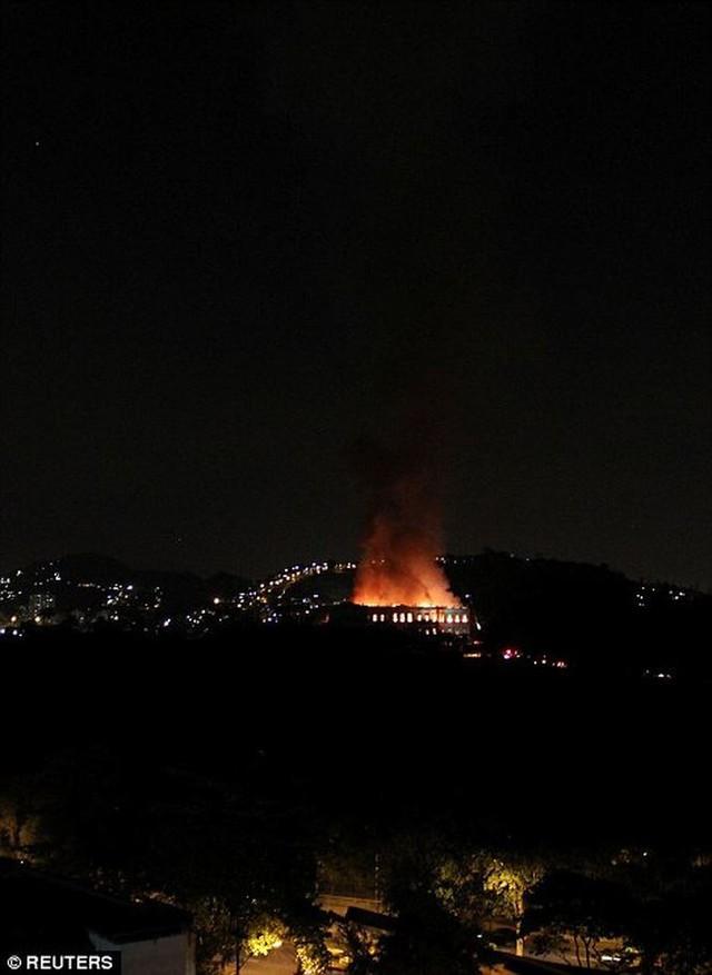 Bảo tàng Quốc gia Brazil chìm trong biển lửa giữa đêm   - Ảnh 7.