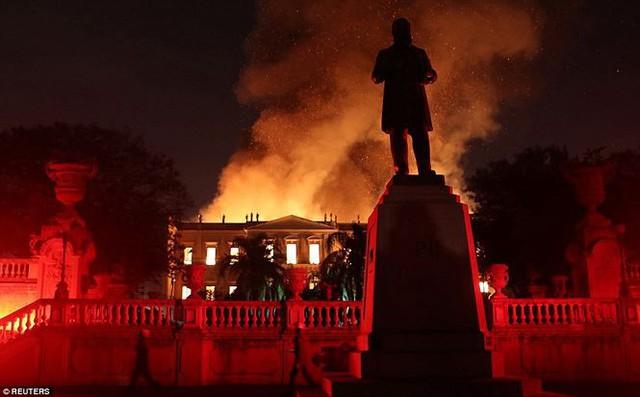 Bảo tàng Quốc gia Brazil chìm trong biển lửa giữa đêm   - Ảnh 8.