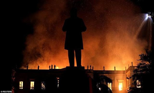 Bảo tàng Quốc gia Brazil chìm trong biển lửa giữa đêm   - Ảnh 9.