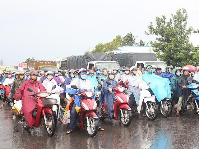 Sau lễ, ô tô xếp hàng dài chờ qua cầu Rạch Miễu - Ảnh 2.