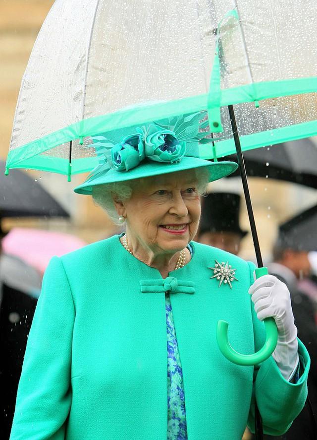Những hình ảnh chứng tỏ niềm đam mê mãnh liệt của Nữ hoàng Anh với những chiếc ô lồng chim đủ màu sắc - Ảnh 1.