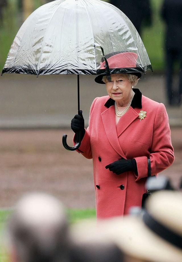 Những hình ảnh chứng tỏ niềm đam mê mãnh liệt của Nữ hoàng Anh với những chiếc ô lồng chim đủ màu sắc - Ảnh 11.