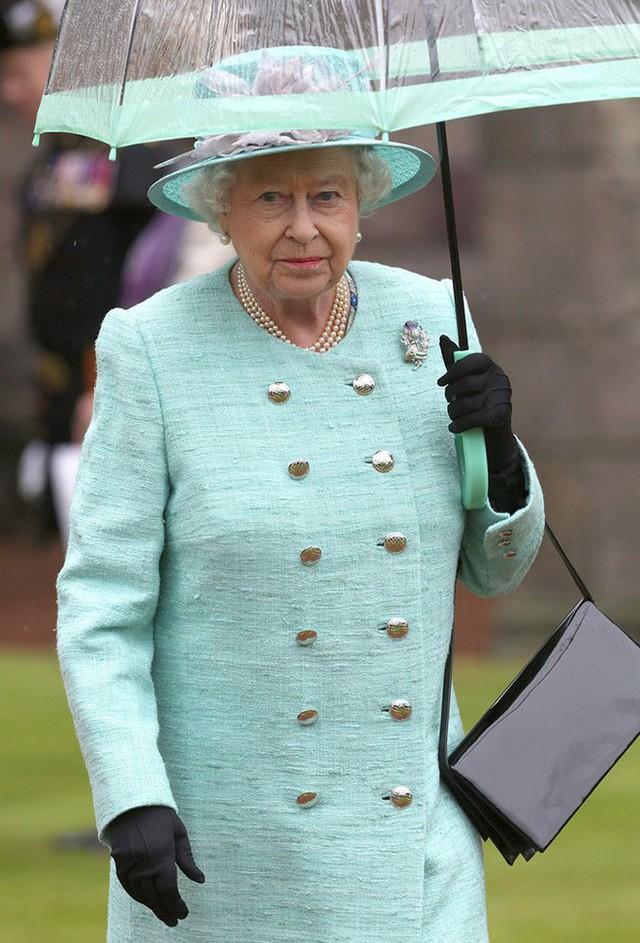 Những hình ảnh chứng tỏ niềm đam mê mãnh liệt của Nữ hoàng Anh với những chiếc ô lồng chim đủ màu sắc - Ảnh 12.