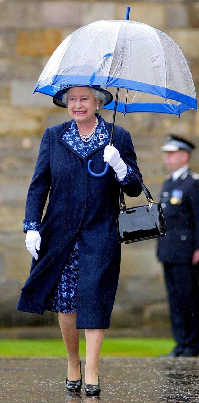 Những hình ảnh chứng tỏ niềm đam mê mãnh liệt của Nữ hoàng Anh với những chiếc ô lồng chim đủ màu sắc - Ảnh 13.