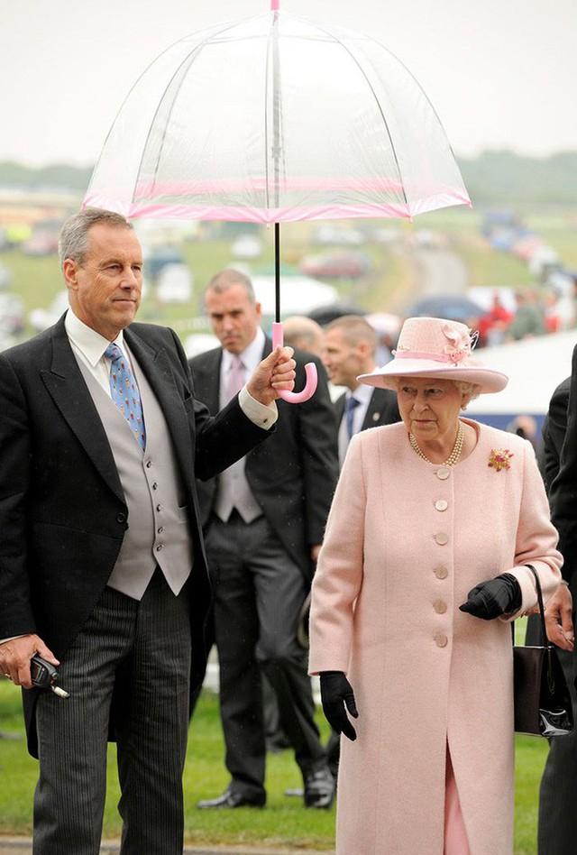 Những hình ảnh chứng tỏ niềm đam mê mãnh liệt của Nữ hoàng Anh với những chiếc ô lồng chim đủ màu sắc - Ảnh 14.