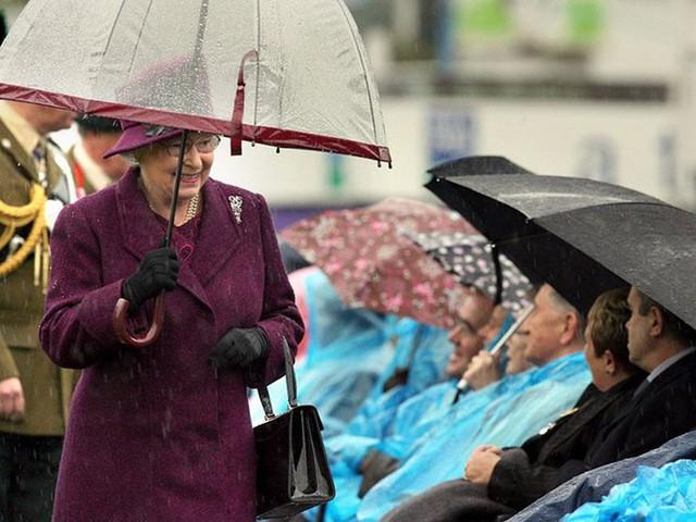 Những hình ảnh chứng tỏ niềm đam mê mãnh liệt của Nữ hoàng Anh với những chiếc ô lồng chim đủ màu sắc - Ảnh 15.