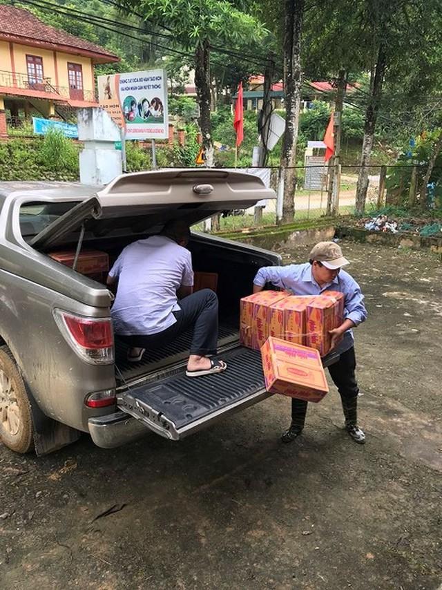 Đi bộ hàng chục km để cứu trợ người dân vùng lũ Thanh Hóa   - Ảnh 3.
