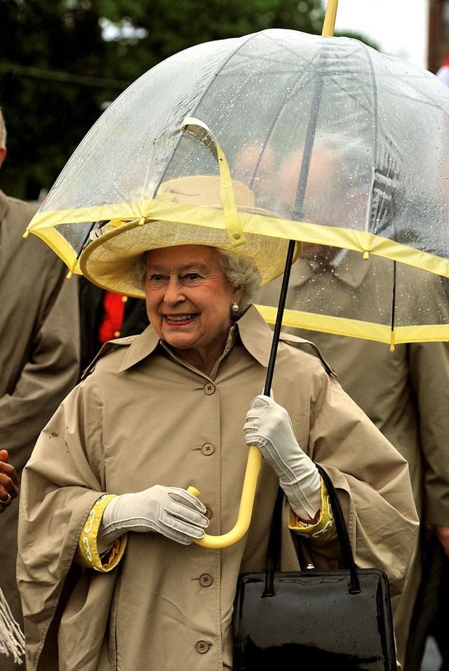 Những hình ảnh chứng tỏ niềm đam mê mãnh liệt của Nữ hoàng Anh với những chiếc ô lồng chim đủ màu sắc - Ảnh 3.