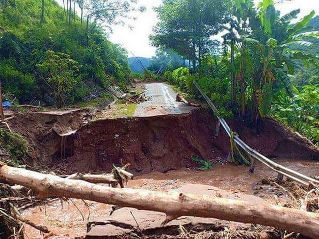 Đi bộ hàng chục km để cứu trợ người dân vùng lũ Thanh Hóa   - Ảnh 6.
