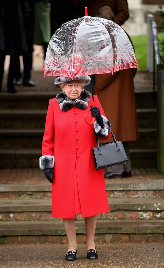 Những hình ảnh chứng tỏ niềm đam mê mãnh liệt của Nữ hoàng Anh với những chiếc ô lồng chim đủ màu sắc - Ảnh 6.