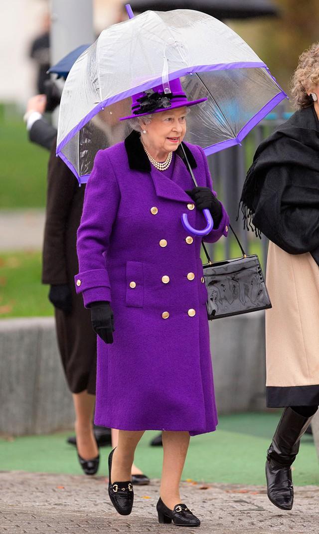 Những hình ảnh chứng tỏ niềm đam mê mãnh liệt của Nữ hoàng Anh với những chiếc ô lồng chim đủ màu sắc - Ảnh 7.