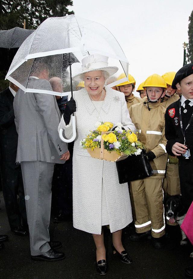 Những hình ảnh chứng tỏ niềm đam mê mãnh liệt của Nữ hoàng Anh với những chiếc ô lồng chim đủ màu sắc - Ảnh 8.