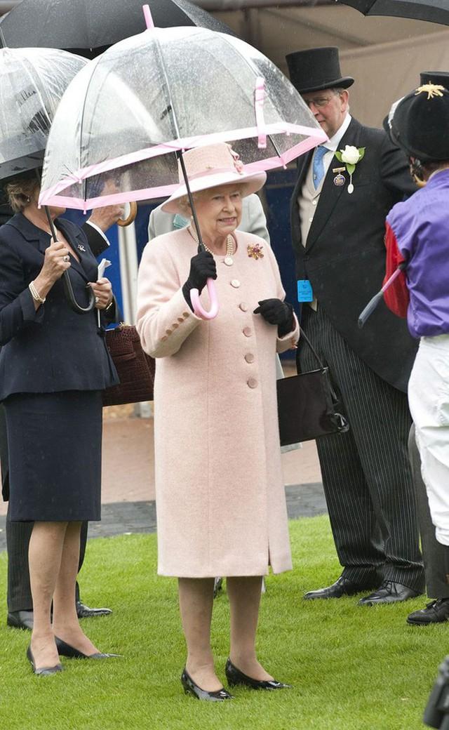 Những hình ảnh chứng tỏ niềm đam mê mãnh liệt của Nữ hoàng Anh với những chiếc ô lồng chim đủ màu sắc - Ảnh 10.