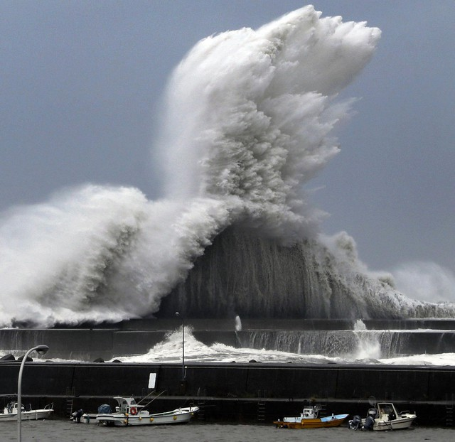 Siêu bão mạnh nhất ¼ thế kỷ đổ bộ, Nhật Bản bị tàn phá như trải qua thảm họa kép động đất, sóng thần năm 2011 - Ảnh 12.