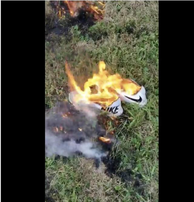 Nhiều người đốt giày, quần áo để phản đối chiến dịch quảng cáo mới của Nike - Ảnh 2.