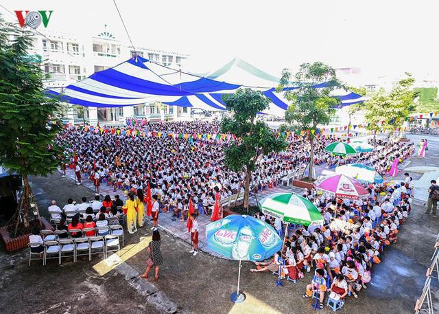 Ảnh: Khai giảng tại ngôi trường đông học sinh lớp 1 nhất Hà Nội - Ảnh 1.