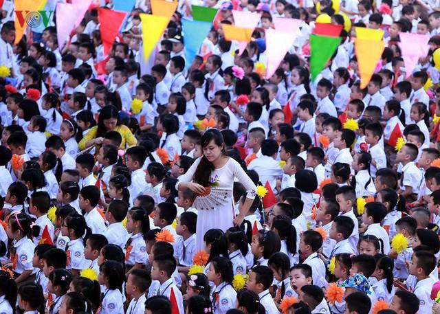 Ảnh: Khai giảng tại ngôi trường đông học sinh lớp 1 nhất Hà Nội - Ảnh 2.