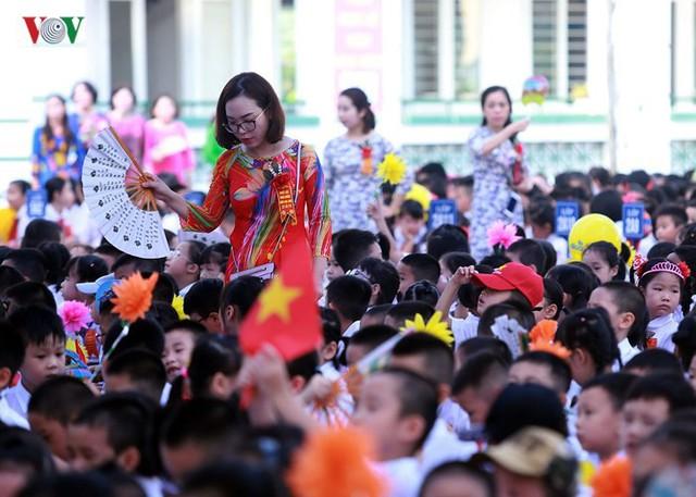 Ảnh: Khai giảng tại ngôi trường đông học sinh lớp 1 nhất Hà Nội - Ảnh 5.