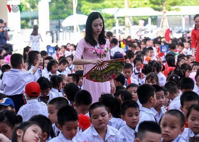 Ảnh: Khai giảng tại ngôi trường đông học sinh lớp 1 nhất Hà Nội - Ảnh 6.