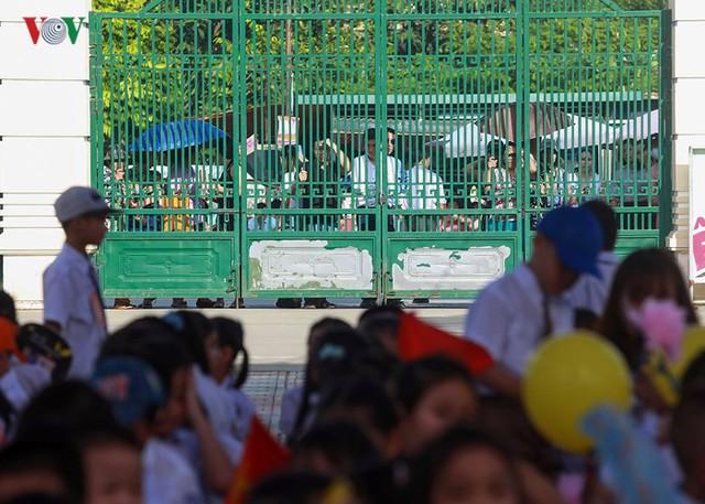 Ảnh: Khai giảng tại ngôi trường đông học sinh lớp 1 nhất Hà Nội - Ảnh 10.