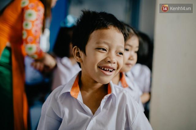 Cậu bé xếp dép ở nhà thờ Đức Bà dự buổi lễ khai giảng đầu đời: Đạt sẽ được đi học miễn phí suốt 12 năm - Ảnh 1.