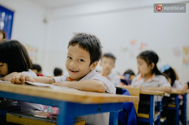 Cậu bé xếp dép ở nhà thờ Đức Bà dự buổi lễ khai giảng đầu đời: Đạt sẽ được đi học miễn phí suốt 12 năm - Ảnh 5.