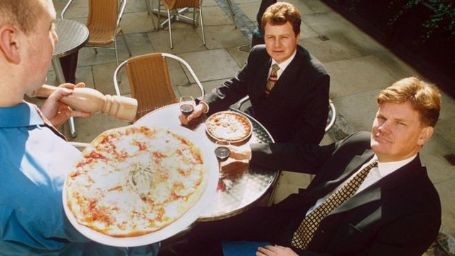 """Từng bị đuổi học, đi dép lê vay tiền ngân hàng, mấy ai ngờ giờ đây David Page trở thành """"người tiên phong"""" của thương hiệu pizza nổi tiếng nhất thế giới - Ảnh 1."""