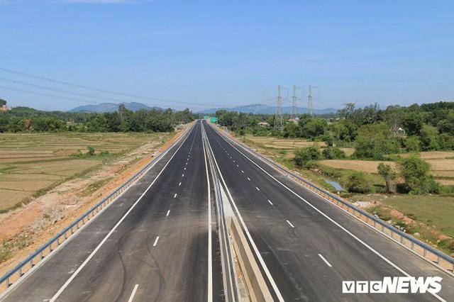 Ảnh: Cao tốc Đà Nẵng – Quảng Ngãi vẫn ngổn ngang sau ngày thông xe - Ảnh 1.