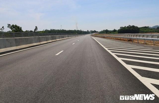 Ảnh: Cao tốc Đà Nẵng – Quảng Ngãi vẫn ngổn ngang sau ngày thông xe - Ảnh 2.
