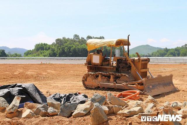 Ảnh: Cao tốc Đà Nẵng – Quảng Ngãi vẫn ngổn ngang sau ngày thông xe - Ảnh 14.