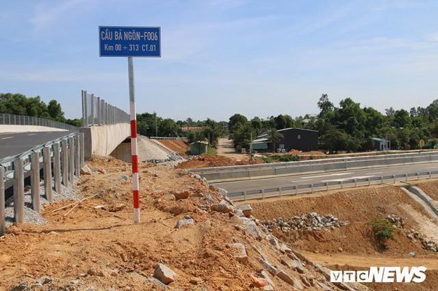 Ảnh: Cao tốc Đà Nẵng – Quảng Ngãi vẫn ngổn ngang sau ngày thông xe - Ảnh 7.