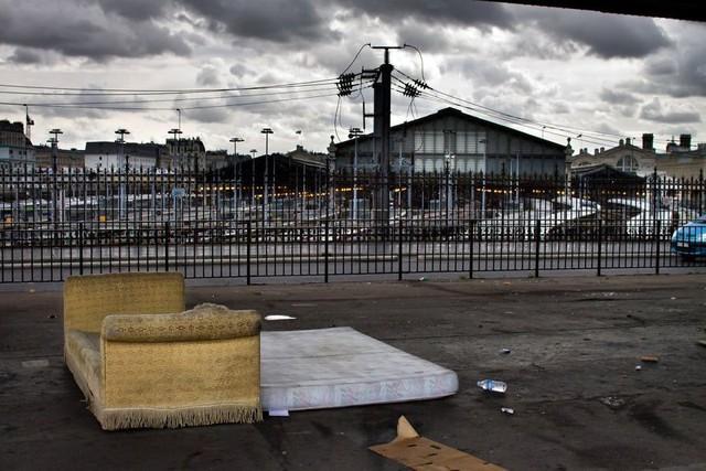 Một Paris rất khác: Không có ánh hào quang hoa lệ, người vô gia cư sống vạ vật, lay lắt trên những con phố bẩn thỉu ngập ngụa rác - Ảnh 1.