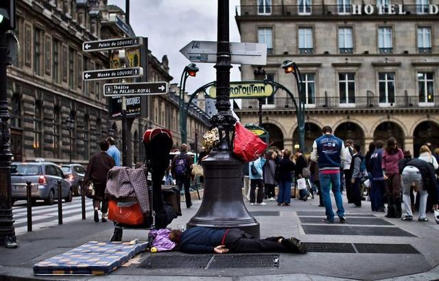 Một Paris rất khác: Không có ánh hào quang hoa lệ, người vô gia cư sống vạ vật, lay lắt trên những con phố bẩn thỉu ngập ngụa rác - Ảnh 2.