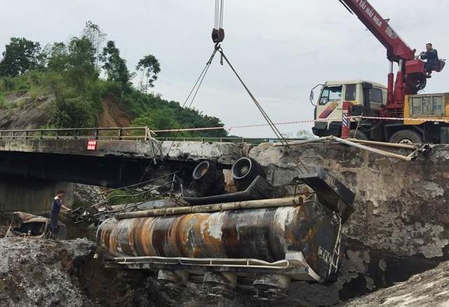 Cầu trơ lõi thép sau vụ cháy xe bồn trên cao tốc Nội Bài - Lào Cai  - Ảnh 1.