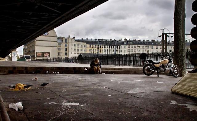 Một Paris rất khác: Không có ánh hào quang hoa lệ, người vô gia cư sống vạ vật, lay lắt trên những con phố bẩn thỉu ngập ngụa rác - Ảnh 12.