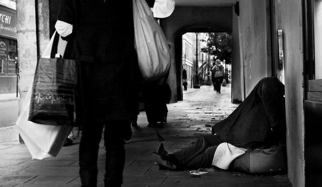 Một Paris rất khác: Không có ánh hào quang hoa lệ, người vô gia cư sống vạ vật, lay lắt trên những con phố bẩn thỉu ngập ngụa rác - Ảnh 14.