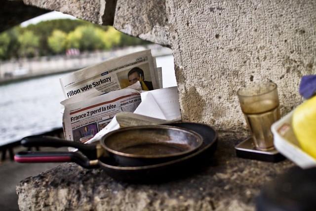 Một Paris rất khác: Không có ánh hào quang hoa lệ, người vô gia cư sống vạ vật, lay lắt trên những con phố bẩn thỉu ngập ngụa rác - Ảnh 15.