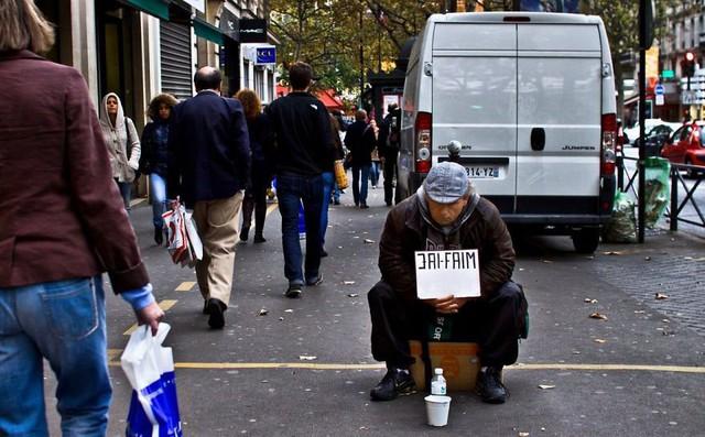 Một Paris rất khác: Không có ánh hào quang hoa lệ, người vô gia cư sống vạ vật, lay lắt trên những con phố bẩn thỉu ngập ngụa rác - Ảnh 17.