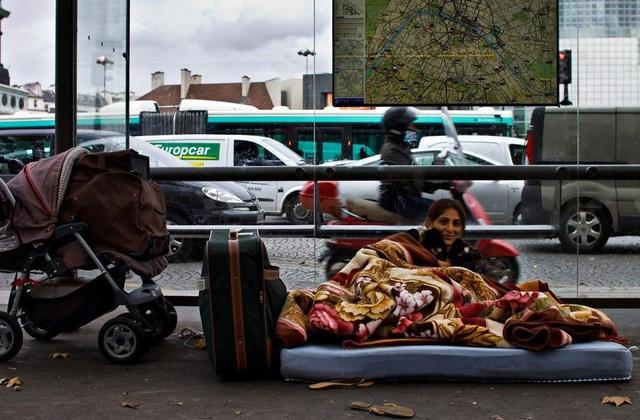 Một Paris rất khác: Không có ánh hào quang hoa lệ, người vô gia cư sống vạ vật, lay lắt trên những con phố bẩn thỉu ngập ngụa rác - Ảnh 3.
