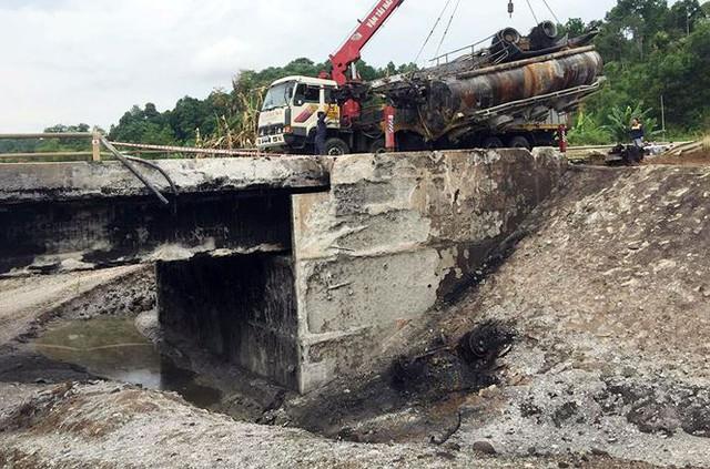 Cầu trơ lõi thép sau vụ cháy xe bồn trên cao tốc Nội Bài - Lào Cai  - Ảnh 3.