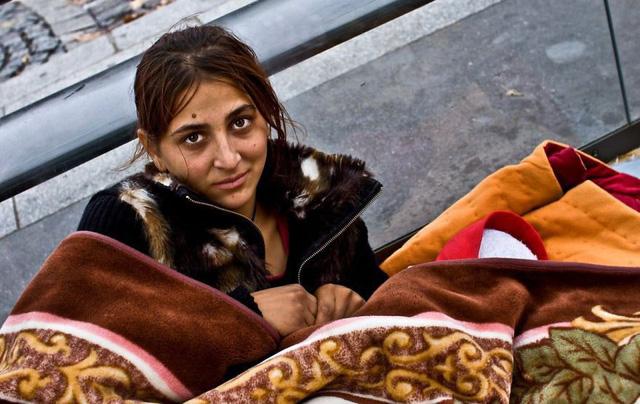 Một Paris rất khác: Không có ánh hào quang hoa lệ, người vô gia cư sống vạ vật, lay lắt trên những con phố bẩn thỉu ngập ngụa rác - Ảnh 4.